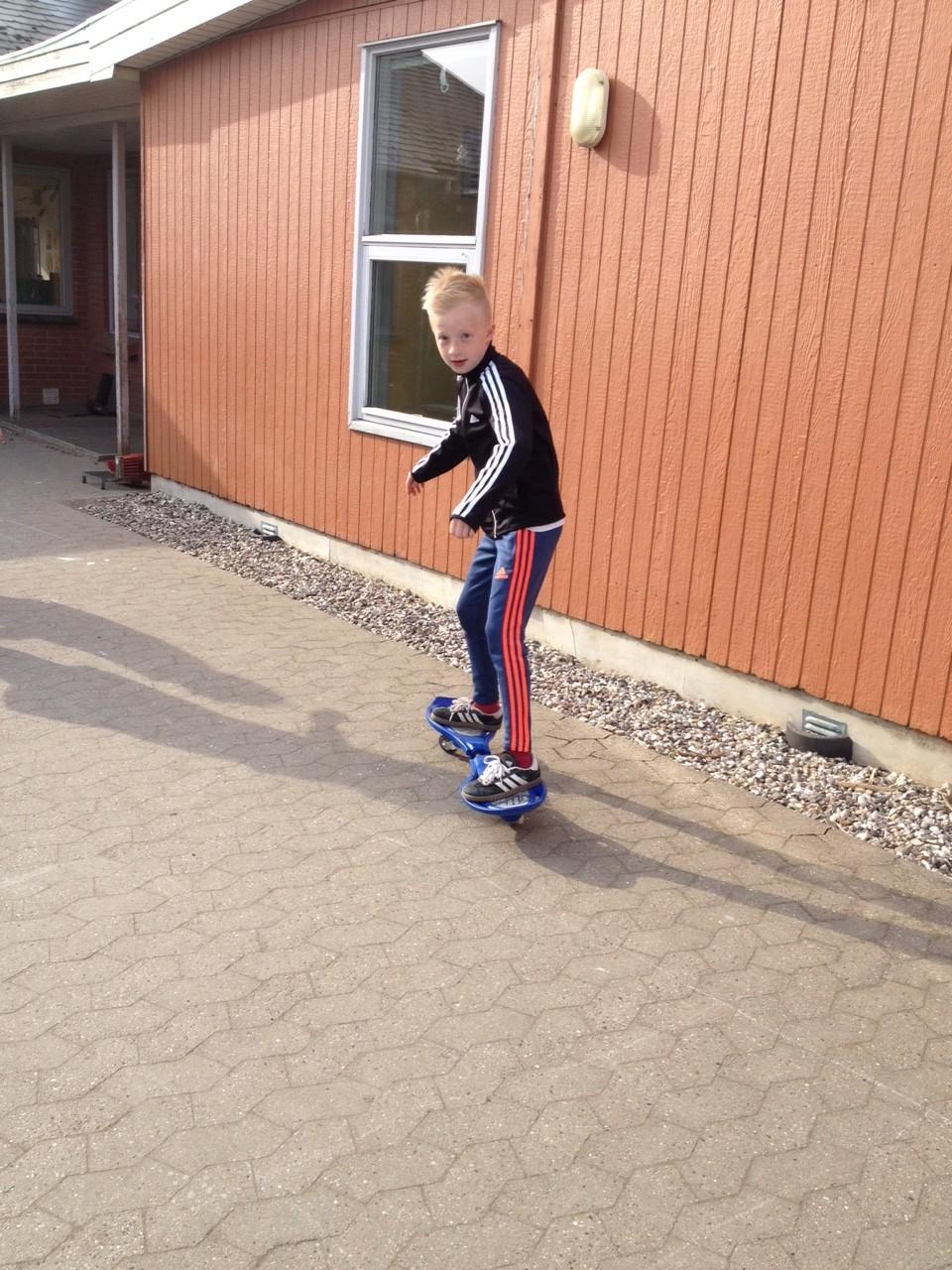 Dreng på skateboard