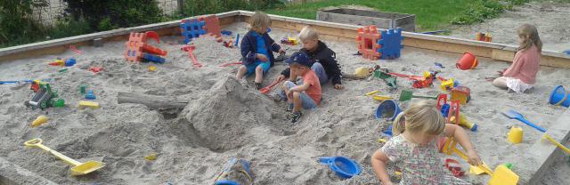 børn_leger_i_sand