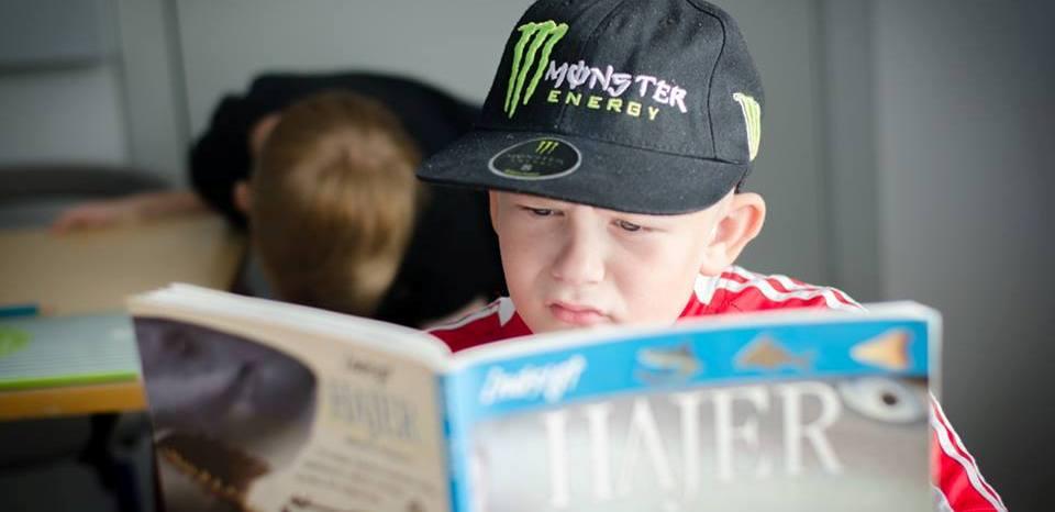 Dreng læser i bog